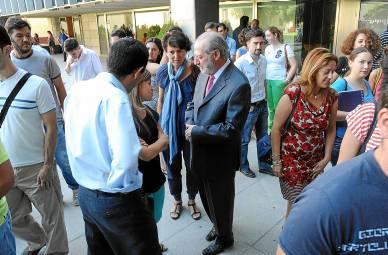 Fernando Rodríguez Villalobos conversa con algunos de los participantes en el programa Praxis de 2013.