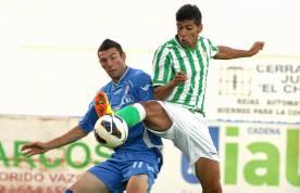 Juanfran se anticipa a un rival en el partido de ayer en Arcos. / Paco Martín