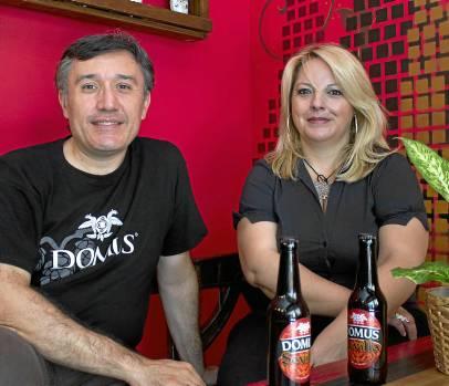 Santiagos Encinas y Aurora Torres son los impulsores de Lupulópolis, en la calle José Gestoso. / Manuel R.R (Atese)