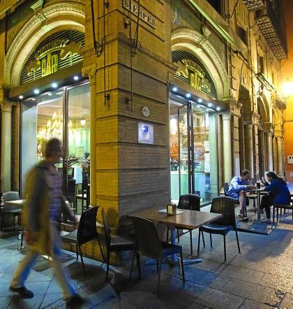 Imagen de veladores de Sevilla instalados en la vía pública de la calle Sierpes.