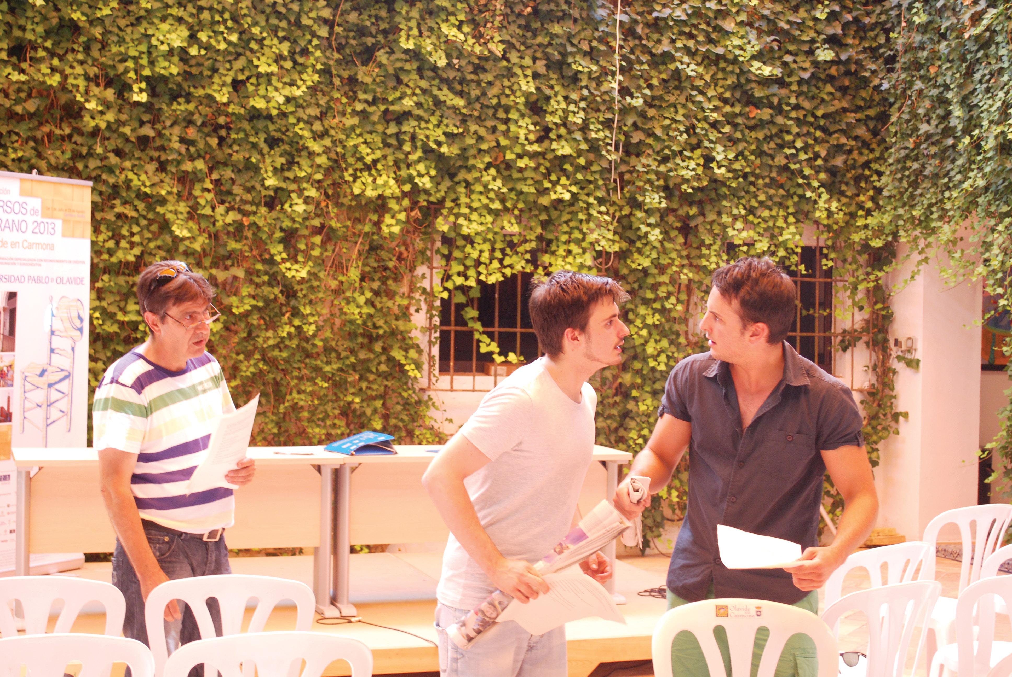 Alumnos del curso teatral de la UPO.
