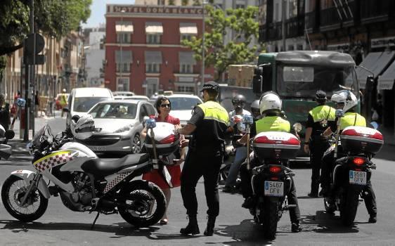 El anuncio actual es similar al que Zoido hizo en 2011, cuando presentó una unidad antidisturbios con puesta en marcha inminente. / Javier Díaz