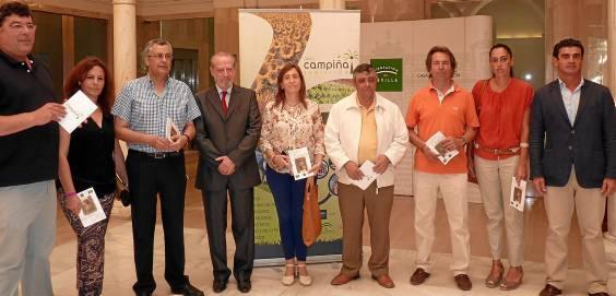 El presidente de la Diputación, Rodríguez Villalobos, ayer junto a representantes de los ayuntamientos de la Campiña.
