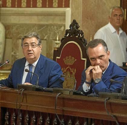 33 El alcalde, Juan IgnacioZoido, y el portavoz del PP, Juan Bueno, durante la celebración del debate. / J. M. Paisano (Atese)