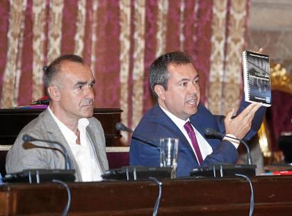 Juan Espadas, junto a AntonioMuñoz, muestra el programa electoral que presentó el PP en 2011. / J.M. Paisano (Atese)