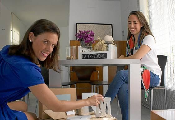 Rocío Vahi y María Solís muestran algunos de los diseños en los que trabajan para sus próximos eventos.