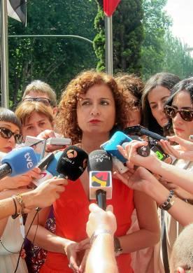 Mª Jesús Montero atiende a los muchos periodistas congregados.