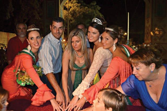 La alcaldesa de Bormujos, Ana Hermoso, en el centro, pulsa el botón de inauguración de la feria.