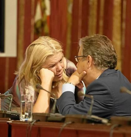 La delegada de Hacienda,Asunción Fley, conversa con el alcalde en el Pleno de ayer. Foto: J.M. Paisano (Atese)