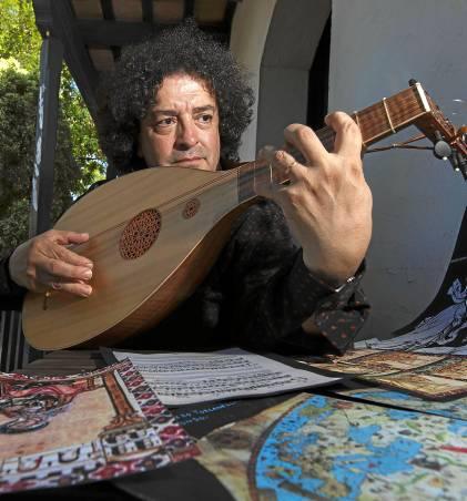 El juglar Francisco Orozco, miembro de Artefactum y Música Prima,ayer en el Corral del Conde.