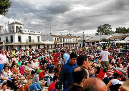 Multitudinaria misa de despedida en la plaza del Real. Foto: Rocieros en el mundo