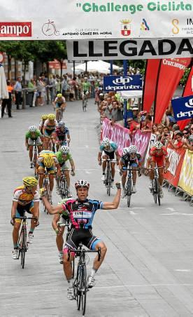 Fran Zurita levanta los brazos en el Altozano.