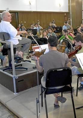 Imagen de archivo de Barenboim ensayando con su orquesta.