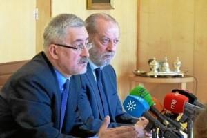 El consejero de Economía e Innovación y el presidente de la Diputación en la firma del protocolo.