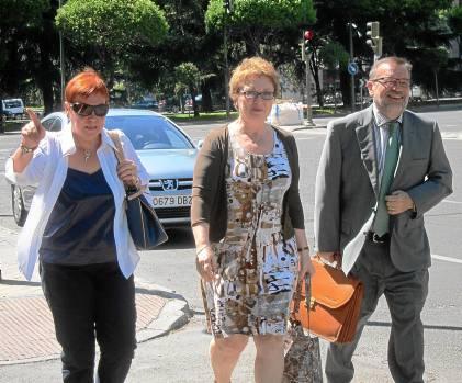 La consejera Carmen Martínez Aguayo, con sus colaboradores en Hacienda, ayer en Madrid.