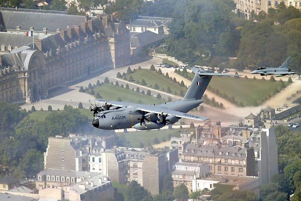 El A400M en el desfile en París de las fuerzas armadas francesas con motivo de la fiesta nacional. / REUTERS