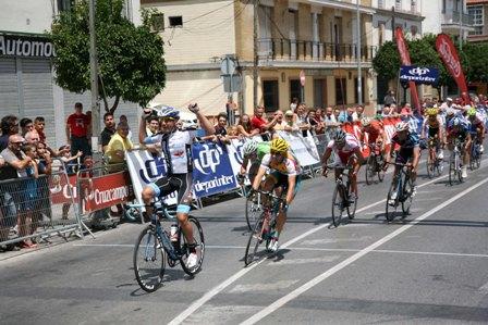 Vicente García de Mateos (GSport-València TerraiMar) vence en la Avenida de Andalucía de Dos Hermanas.