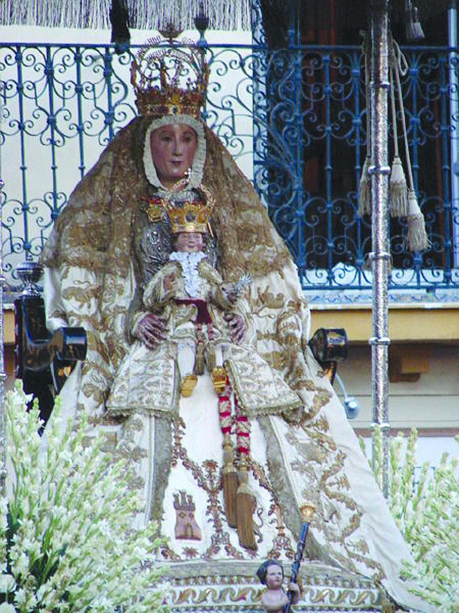 La última vez que la Virgen lució el manto blanco fue en 2008/ Foto: Elforocofrade.es