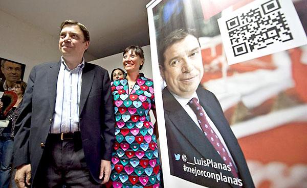 El consejero de Agricultura de la Junta de Andalucía, Luis Planas (i), en el acto de presentación de su candidatura a las primarias en Córdoba. / EFE