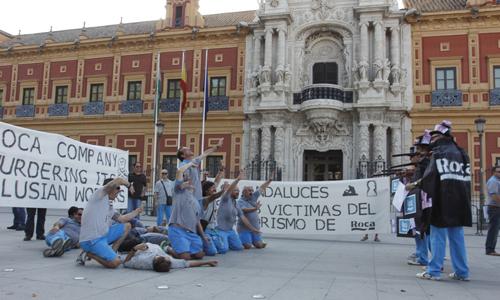 Los trabajadores de Roca frente a San Telmo. Foto: EFE