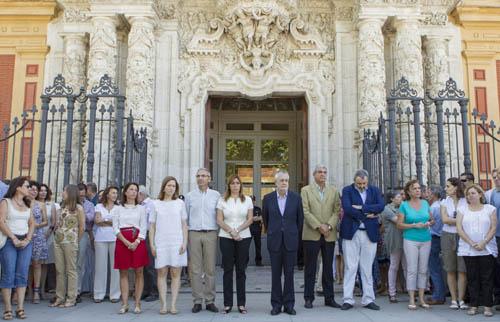Minuto de silencio ante San Telmo, sede del Gobierno andaluz. Foto: EFE