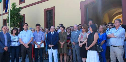 También la Diputación provincial de Sevilla ha sido escenario del duelo ante el accidente. Foto: EFE