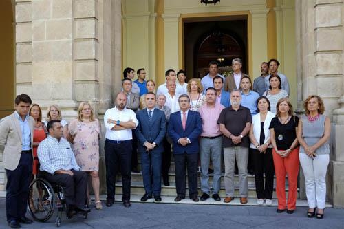 Homenaje a las puertas del Ayuntamiento de Sevilla. Foto: EFE
