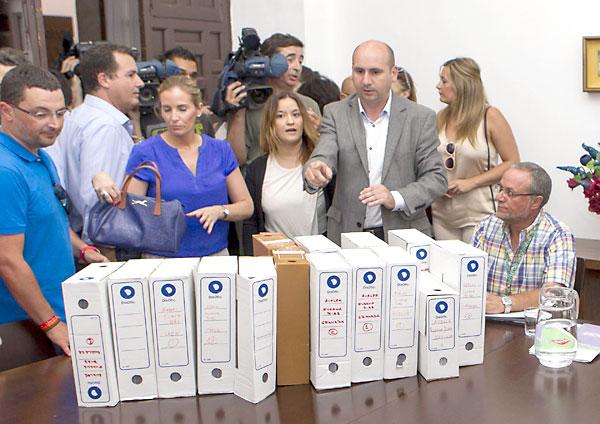 Integrantes de la candidatura de Susana Díaz durante la presentación de los avales. EFE/Julio Muñoz