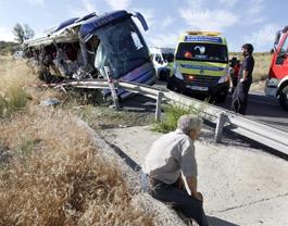 Estado en que ha quedado el autobús de línea que cubría, según los primeros datos, el trayecto entre Serranillos, al sur de la provincia, y la capital abulense. EFE/Raúl Sanchidrián