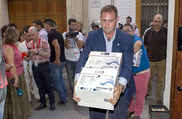 El alcalde de Jun (Granada) José Antonio Rodríguez Salas tras descargar de su coche en la sede del PSOE en Sevilla los avales de las primarias. EFE/Julio Muñoz