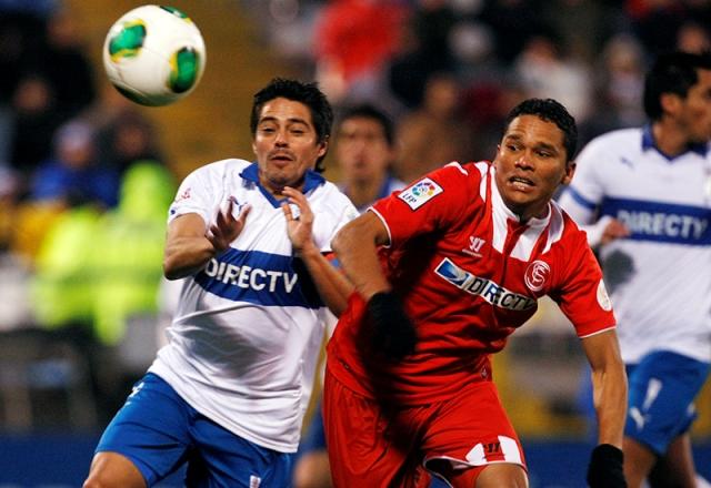 El sevillista Bacca, pelea por un balón (Sevilla FC).