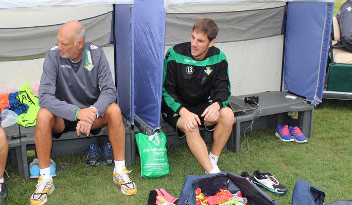 Guillermo Sara, hoy junto al doctor Tomás Calero / Real Betis