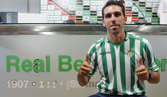 Jordi Figueras posa con su nueva camiseta / Real Betis