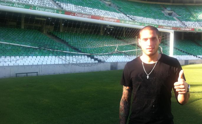 Braian Rodríguez posa en el Villamarín, hoy tras firmar su contrato / Real Betis