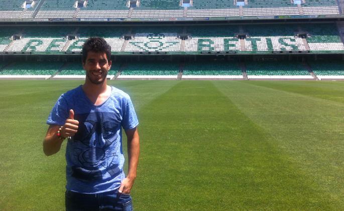 Dídac posa sonriente en el Villamarín, también hoy / Real Betis