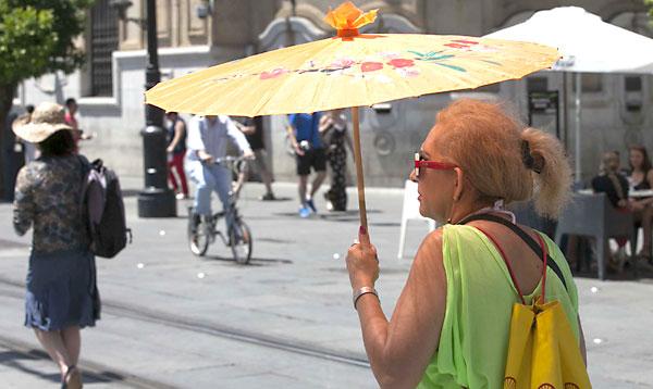 Una mujer pasea por la Avenida de la Constitución. / Foto: J. M. Espino (Atese)