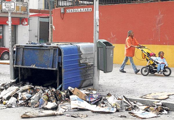 En la imagen, un contenedor de reciclaje de papel y cartón destrozado en el barrio de Bellavista.