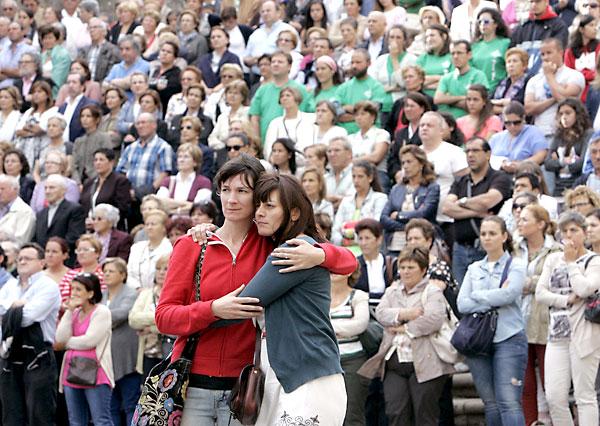 Gran número de personas en la plaza de la Quintana de Santiago, junto a la Catedral donde se estaba celebrando el funeral. / EFE