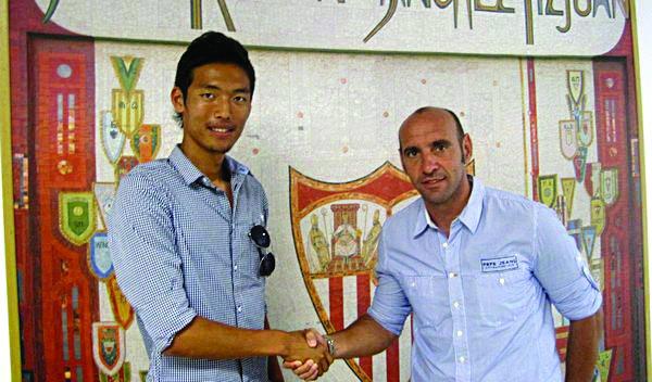Hiroshi junto a Monchi cuando firmó por el Sevilla FC.