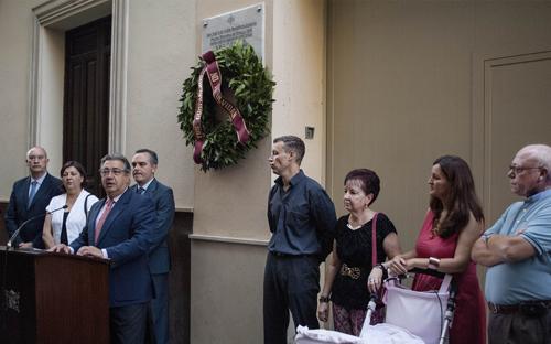 Zoido, durante el homenaje al policía local José Luis Rodríguez Almansa, en la calle Cuna. Foto Ayuntamiento de Sevilla.