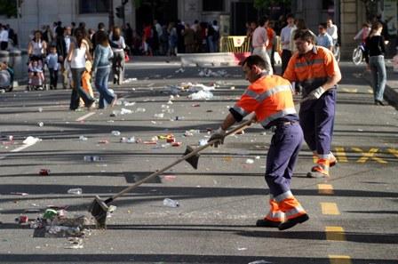 Dos operarios. barriendo las calles (Javier Cuesta)