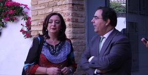 Mar Moreno junto al rector de la Olavide.