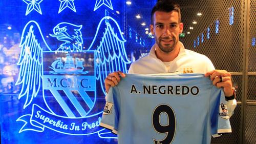 Negredo muestra la camiseta que lucirá en el Manchester City. Foto: Web oficial del Manchester City.