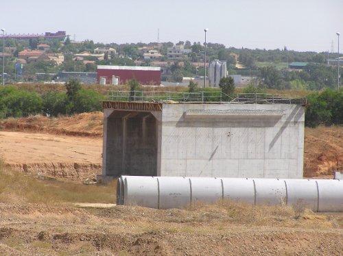 Estructuras sin utilizar en el tercer tramo de la SE-40, cuyas obras antes de ser paradas estaban al 20%.