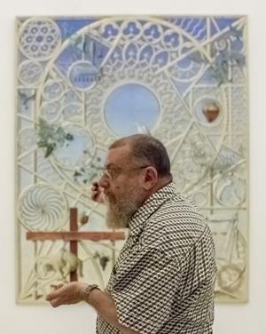 """El pintor tarifeño Guillermo Pérez Villalta, explica el significado de una de las obras de su exposición """"Souvenir de la vida. EFE"""