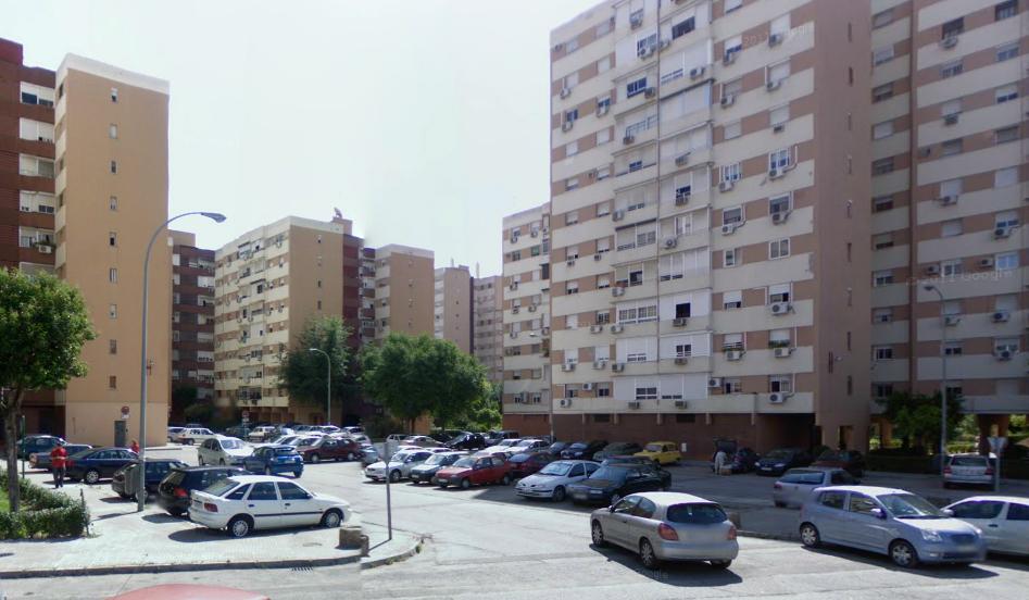 Los vecinos de San Diego llevan años reclamando el vallado de los aparcamientos del barrio.  / José Manuel Cabello