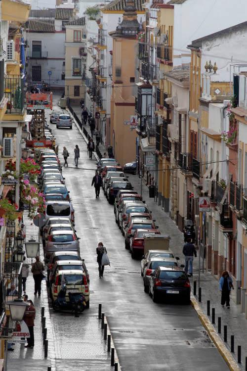 Calle Pureza, en pleno corazón de Triana. Para ella se propone una peatonalización.
