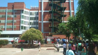 Imagen de los bomberos en la sede de la facultad de Químicas. Foto  cedida por @camarilla_blog.