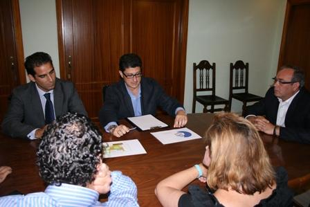 Reunión del Ayuntamiento de San Juan y El Corte Inglés. / Foto: Ayto.