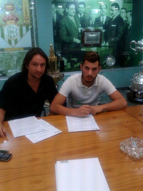 Sergio firma el contrato en presencia de su agente.